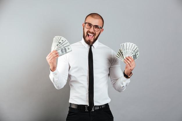 Portret van een gelukkige zakenman die veel contant geld houdt