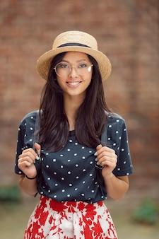 Portret van een gemengd rasstudentmeisje bij campus in openlucht