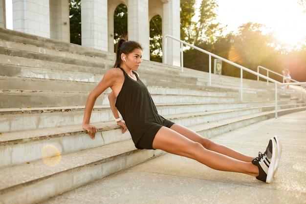 Portret van een gemotiveerde fitness vrouw