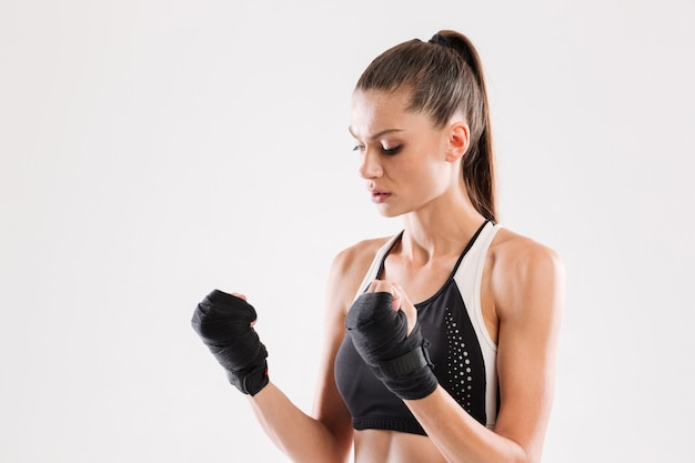 Portret van een gemotiveerde gezonde sportvrouw