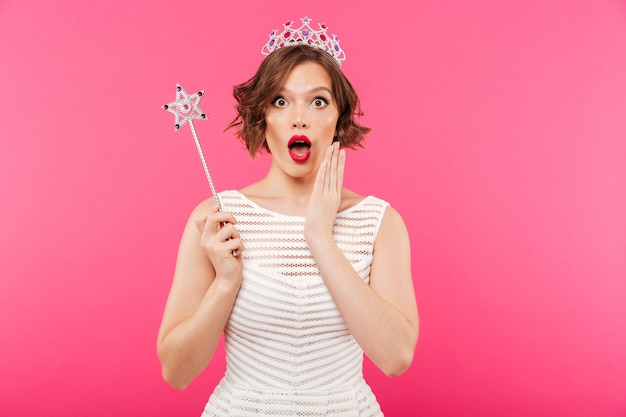 Portret van een geschokt meisje dat kroon draagt