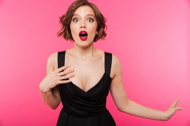 Portret van een geschokt meisje, gekleed in zwarte jurk