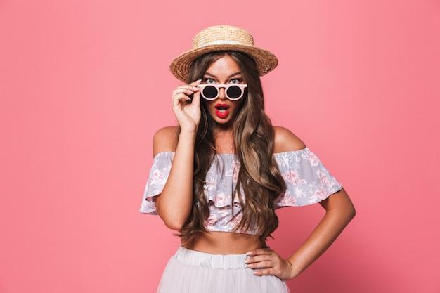 Portret van een geschokte jonge vrouw in zomer kleding