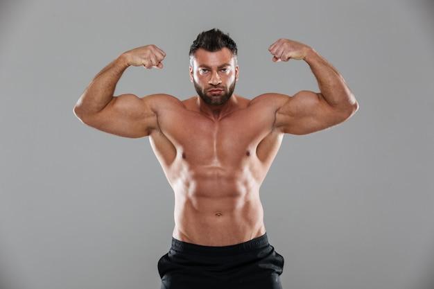 Portret van een gespierde sterke shirtless mannelijke bodybuilder