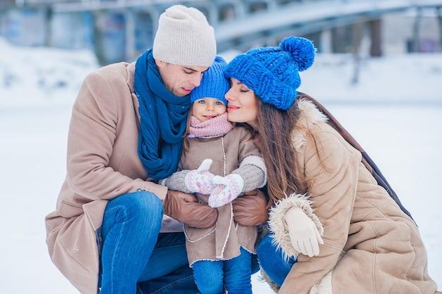 Portret van een gezin op de achtergrond van een bevroren meer in het park