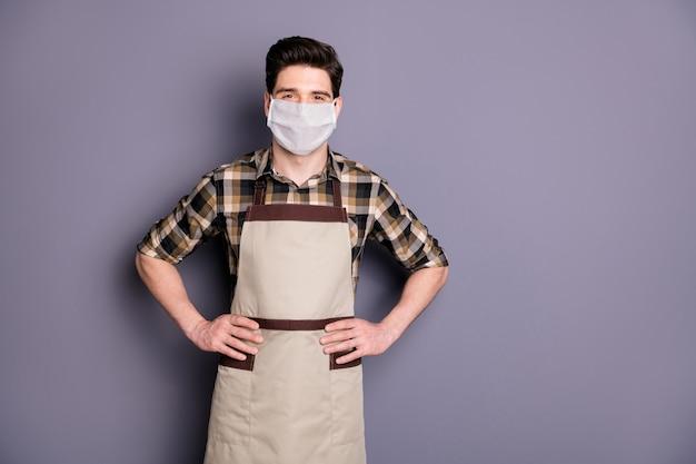 Portret van een gezonde kerel die een veiligheidsmasker draagt, stopt infectiebesmetting