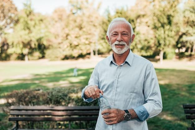 Portret van een gezonde senior man in het park.