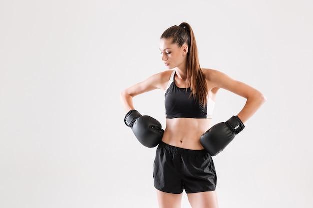 Portret van een gezonde yuong sportvrouw in bokshandschoenen