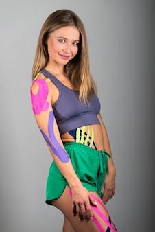 Portret van een glimlachend atletisch meisje, alternatieve kinesitherapie