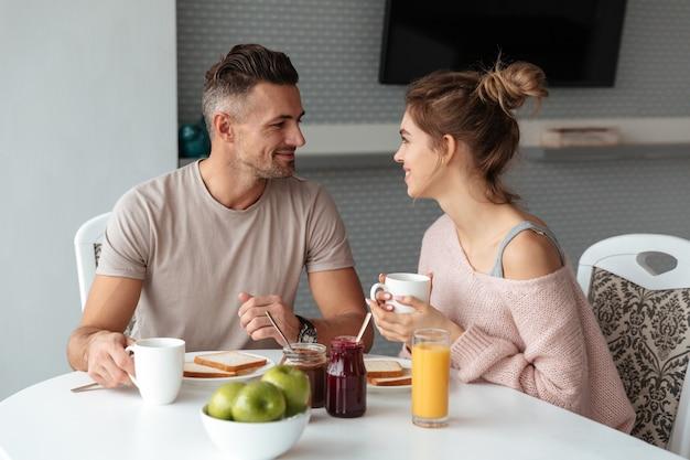 Portret van een glimlachend houdend van paar dat ontbijt heeft