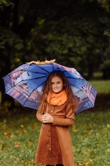Portret van een glimlachend jong meisje