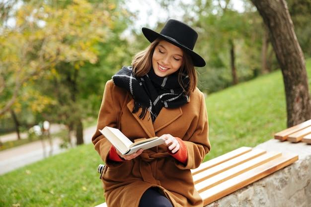 Portret van een glimlachend meisje gekleed in de herfstkleren