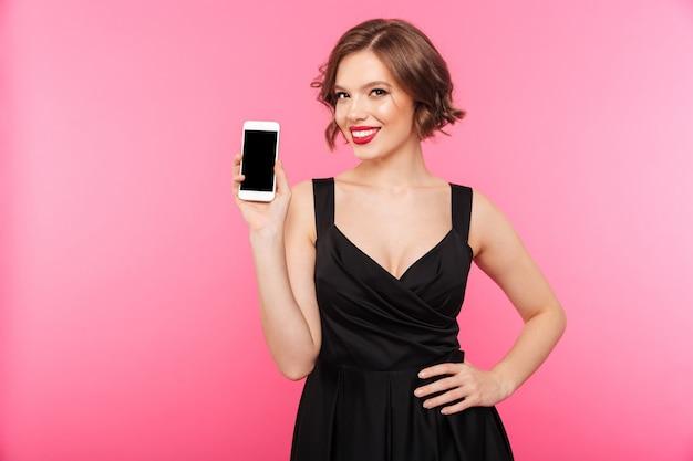 Portret van een glimlachend meisje, gekleed in zwarte jurk