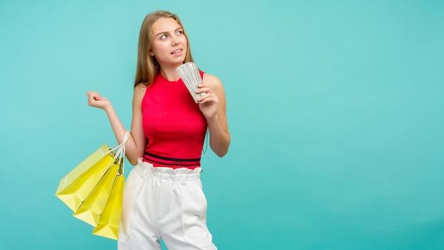 Portret van een glimlachend meisje met boodschappentassen