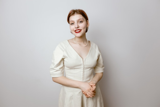 Portret van een glimlachend mooi jong meisje met rode lippen en grote ogen