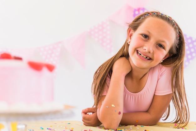 Portret van een glimlachend mooi meisje in partij