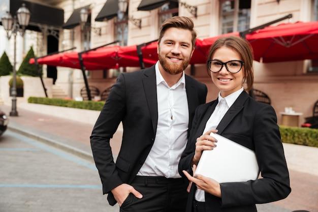 Portret van een glimlachende aantrekkelijke man en vrouw
