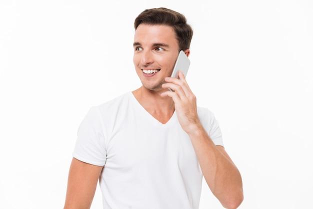 Portret van een glimlachende aantrekkelijke man in wit t-shirt