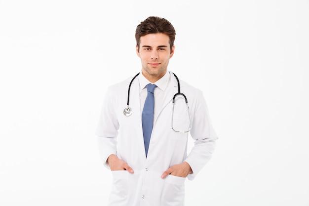 Portret van een glimlachende aantrekkelijke mannelijke artsenmens