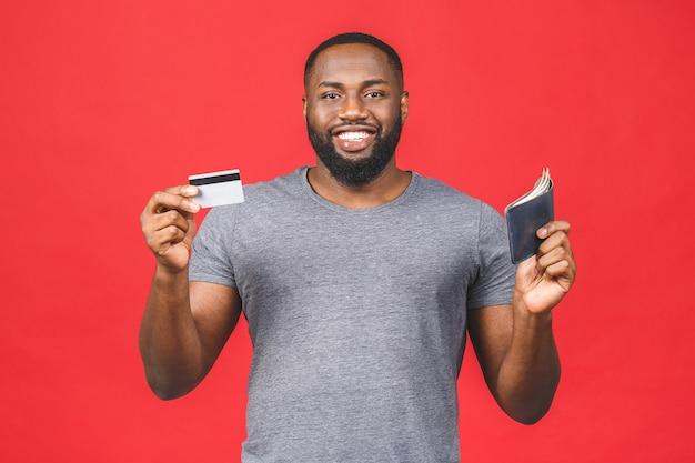 Portret van een glimlachende afro-amerikaanse zwarte bebaarde man met creditcard en portemonnee met geld