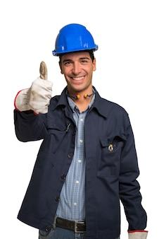 Portret van een glimlachende arbeider. geïsoleerd op witte achtergrond
