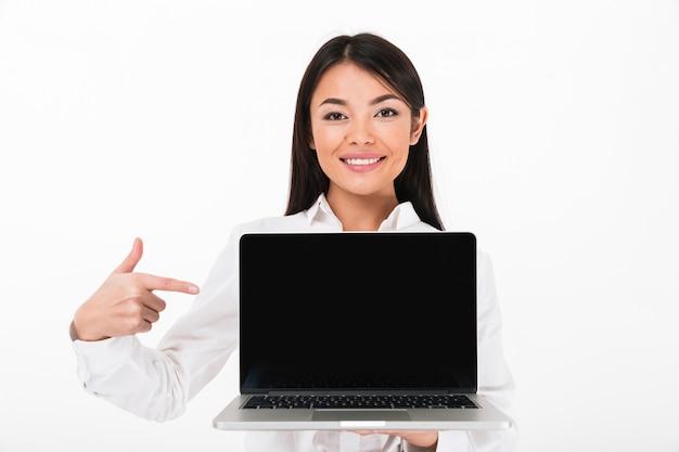 Portret van een glimlachende aziatische onderneemster die vinger richt
