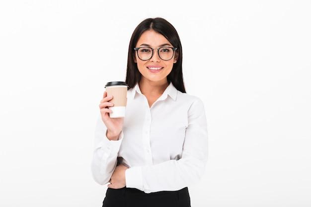 Portret van een glimlachende aziatische onderneemster in oogglazen