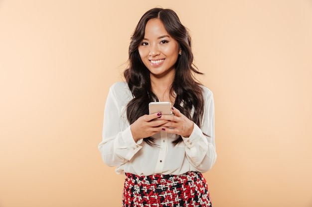 Portret van een glimlachende aziatische vrouw