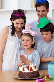 Portret van een glimlachende familie die een verjaardag viert