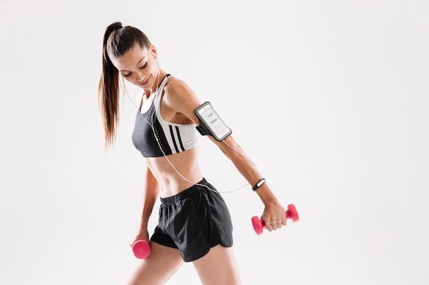 Portret van een glimlachende fitness vrouw in sportkleding