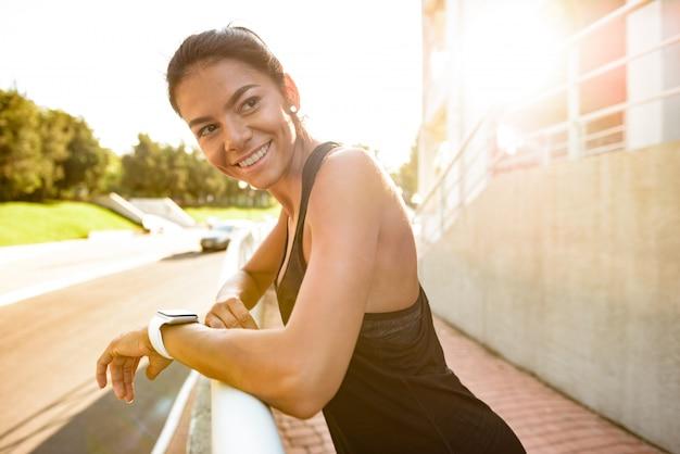 Portret van een glimlachende fitness vrouw