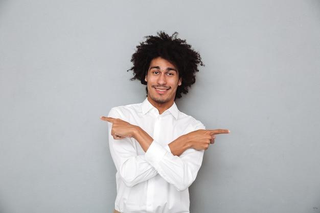 Portret van een glimlachende gelukkig afrikaanse man in wit overhemd