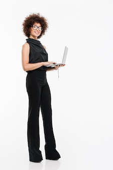 Portret van een glimlachende gelukkig zakenvrouw in formele slijtage