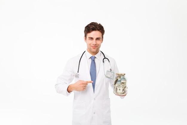 Portret van een glimlachende gelukkige mannelijke arts