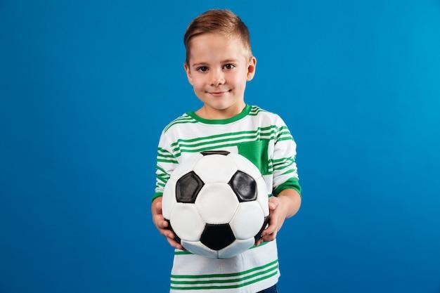 Portret van een glimlachende het voetbalbal van de jong geitjeholding