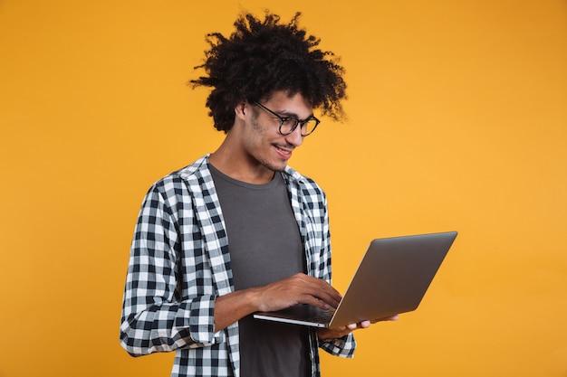 Portret van een glimlachende jonge afrikaanse man in brillen