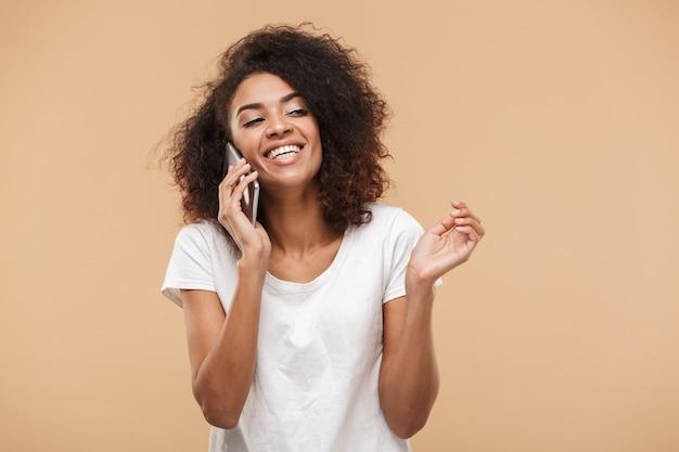 Portret van een glimlachende jonge afrikaanse vrouw