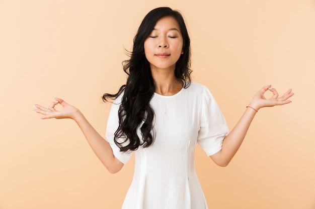 Portret van een glimlachende jonge aziatische vrouw