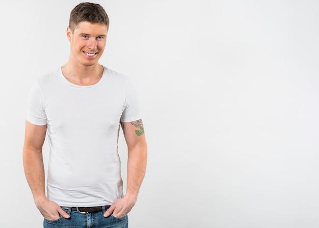 Portret van een glimlachende jonge die mens tegen witte achtergrond wordt geïsoleerd