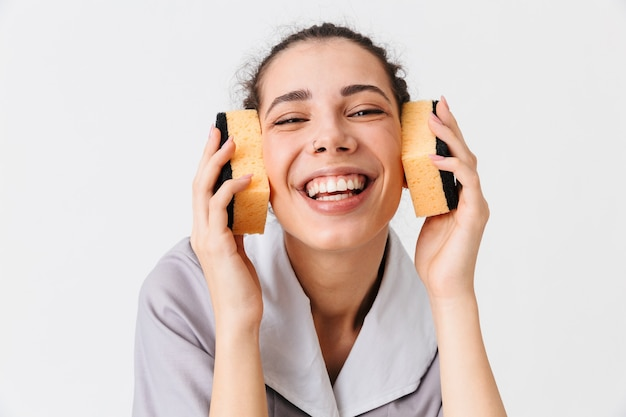 Portret van een glimlachende jonge huishoudster