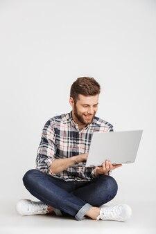 Portret van een glimlachende jonge man in geruite overhemd