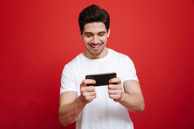 Portret van een glimlachende jonge man in wit t-shirt