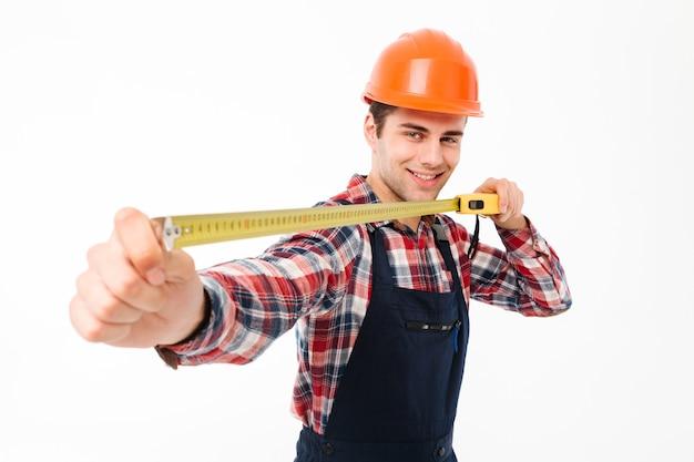 Portret van een glimlachende jonge mannelijke bouwer