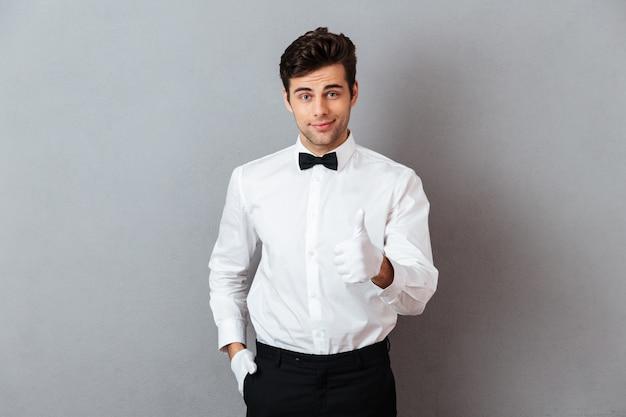 Portret van een glimlachende jonge mannelijke kelner