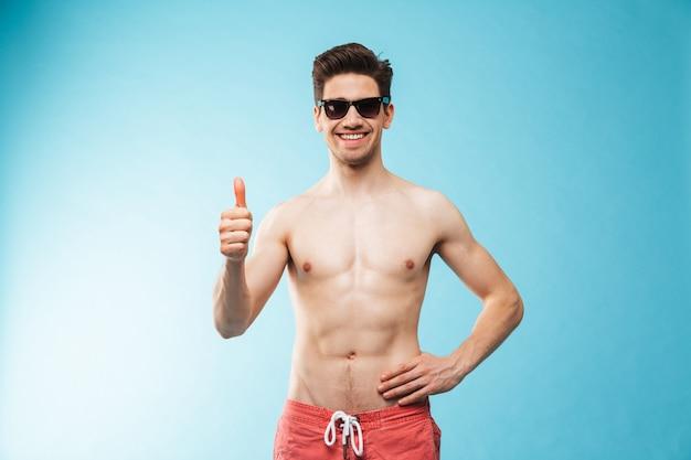 Portret van een glimlachende jonge shirtless man