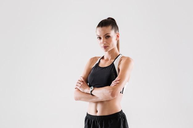 Portret van een glimlachende jonge sportvrouw