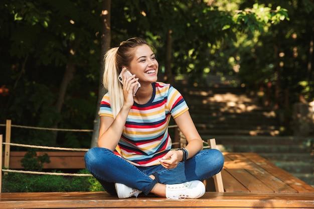 Portret van een glimlachende jonge tiener