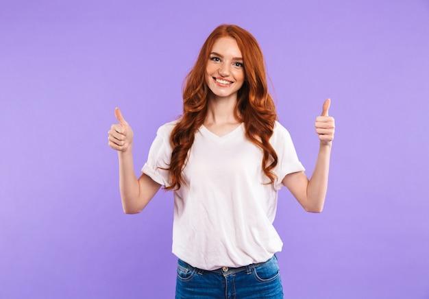 Portret van een glimlachende jonge vrouw staan