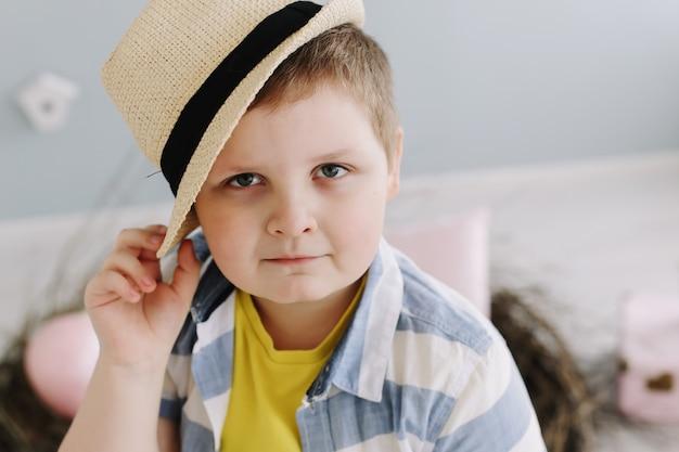 Portret van een glimlachende jongen in een hoed