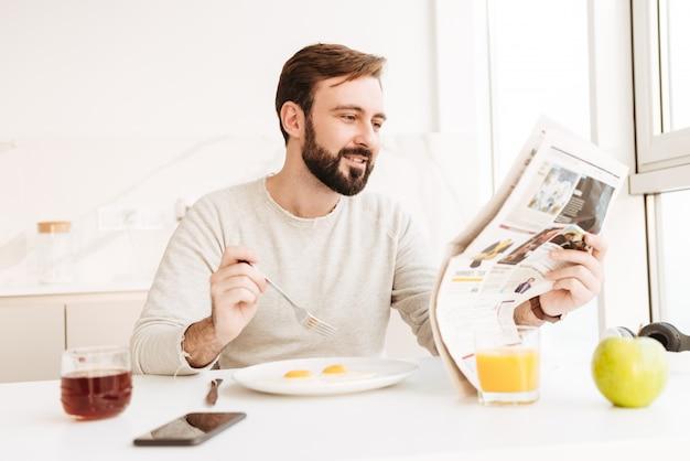 Portret van een glimlachende krant van de mensenlezing